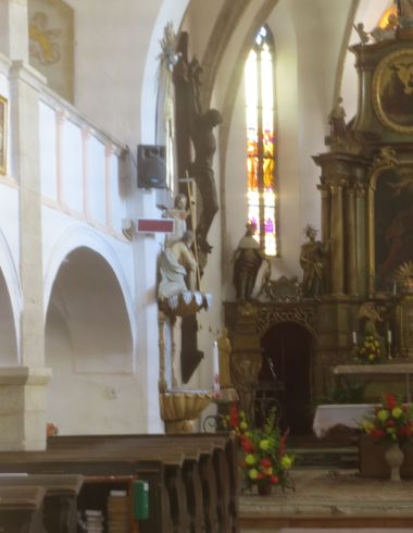 Kristus na kříži na levé straně oltáře v kostele sv. Stanislava je dílem J. Šlezingera, jemnického rodáka