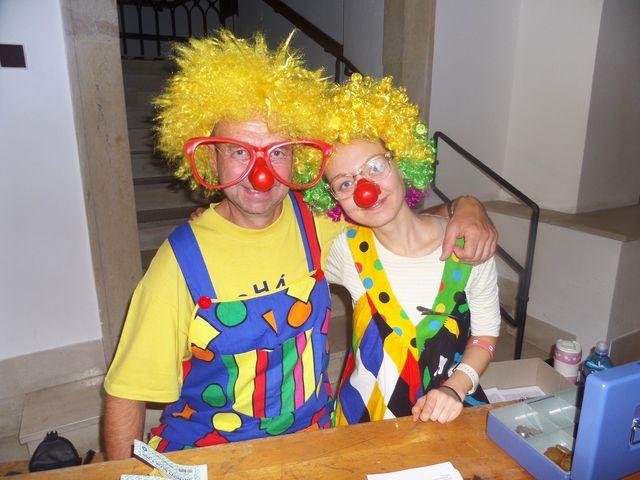 na startu v Malovaném domě vítali děti veselí klauni; foto L. Tomáš