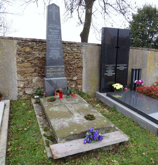 Daniel odpočívá v hrobě se svými rodiči