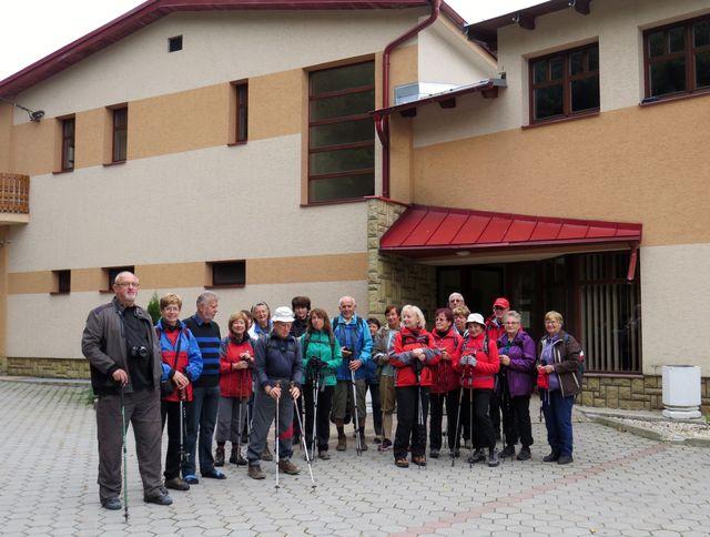 před hotelem Vršatec, připraveni na výlet po Malých Karpatech