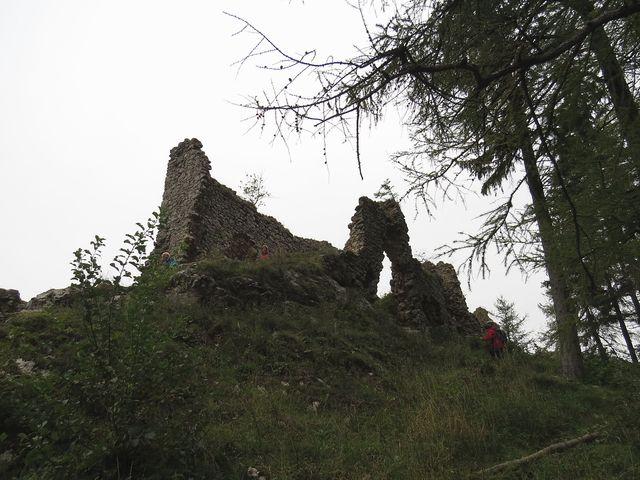 z rozsáhlého hradu na ostrohu zbyly jen části zdí