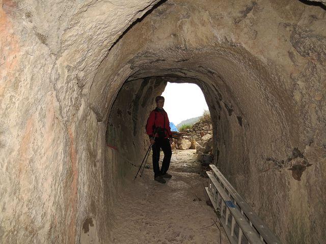 tunelem lze projít do areálu středního hradu