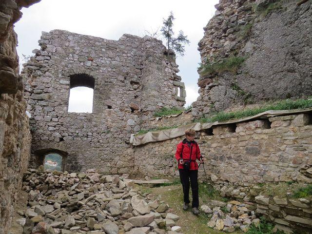 Iva prozkoumává hradní zdi