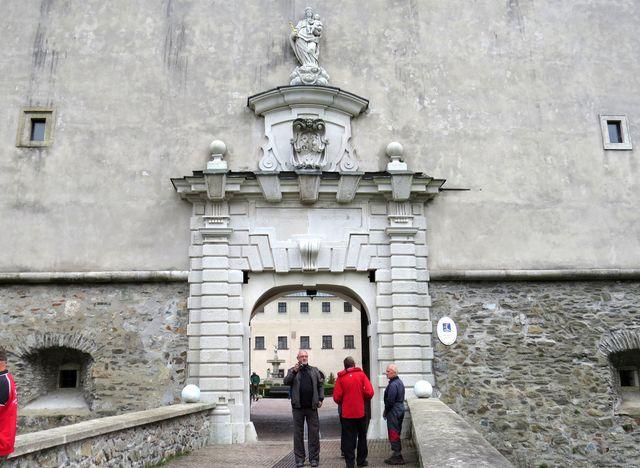 vstup na nádvoří hradu Červený Kámen
