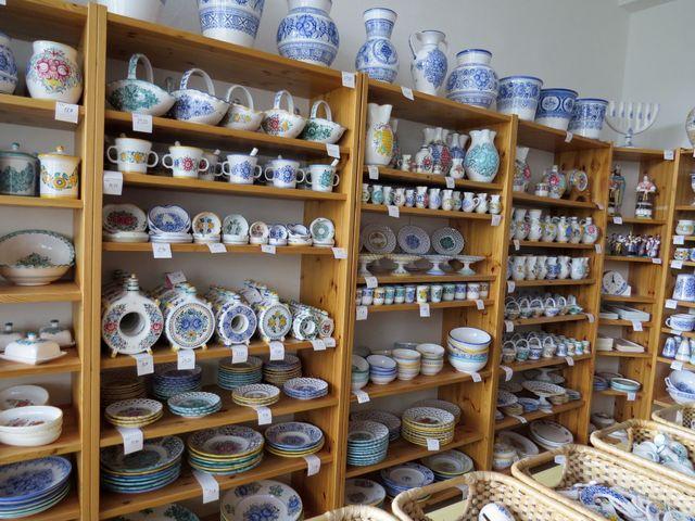 tradiční modrobílá keramika se tu vyrábí od roku 1883