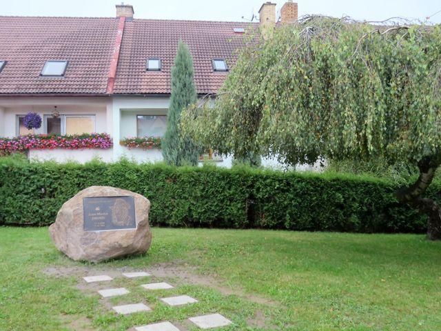 památník Martinu Jirousovi byl odhalen na konci září 2014; www.svatosi.cz