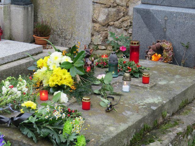 během chvíle byl hrob Reynků zasypán květy