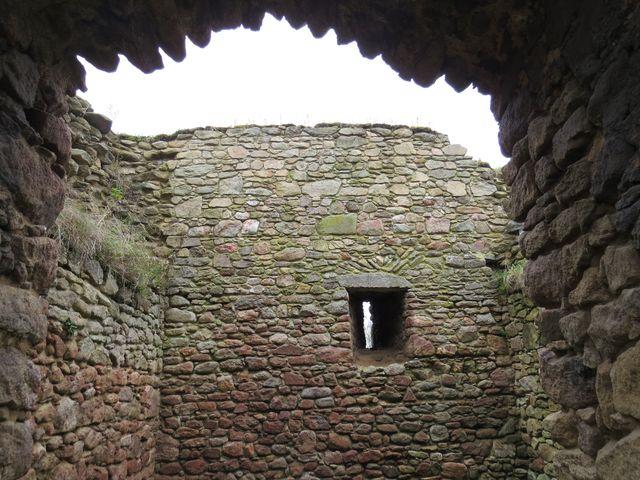 gotická tvrz v Proseči vypovídá o poměrech na české vesnici na konci 14. století