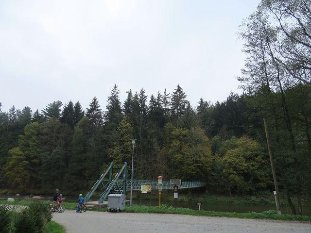 most přes Sázavu zavede poutníky na železniční zastávku v lese