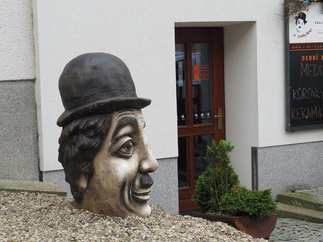 Charlie ve Veselské ulici - socha Michala Olšiaka; www.svatosi.cz
