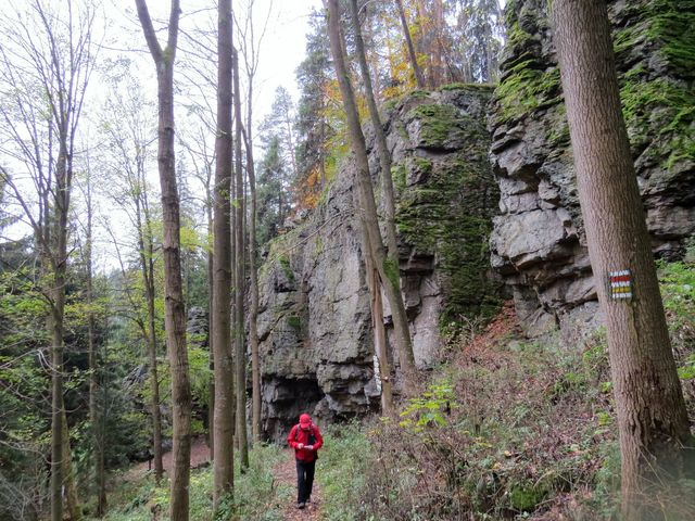 hradba skal je jasně patrná na podzim, kdy jsou stromy bez listí