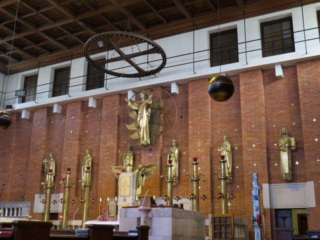 pod sochou Krista jsou sochy šesti českých patronů