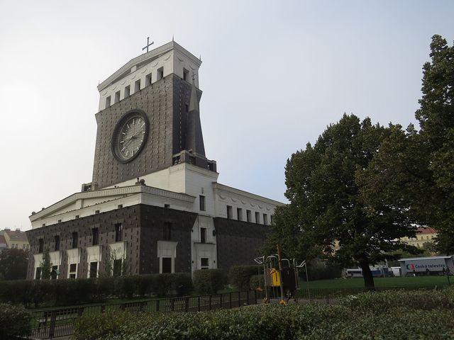 věž kostela je vysoká 42 metrů