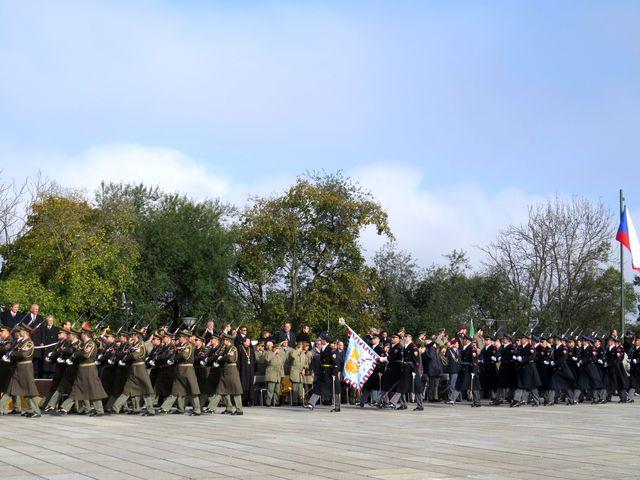 defilé vojenských jednotek před tribunou