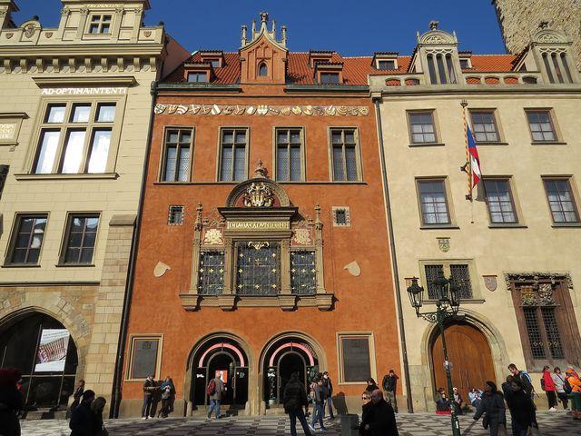 radnice byla zřízena v roce 1338 jako sídlo samosprávy Starého Města; www.svatosi.cz