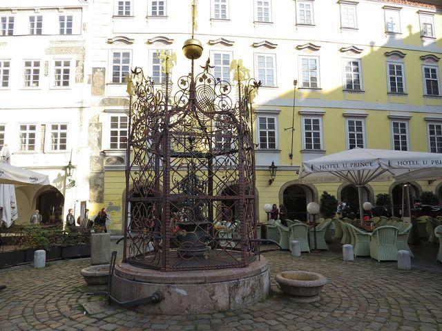 kašna s renesanční mříží na Malém náměstí
