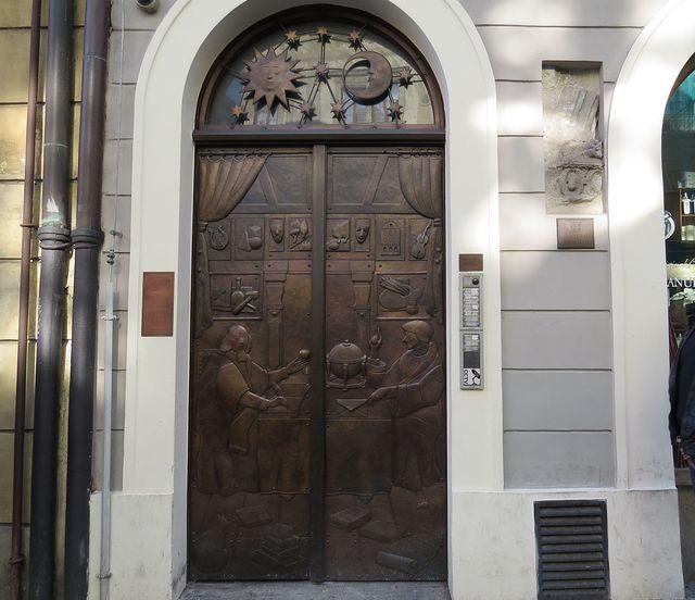 dveře v Mostecké ulici; www.svatosi.cz