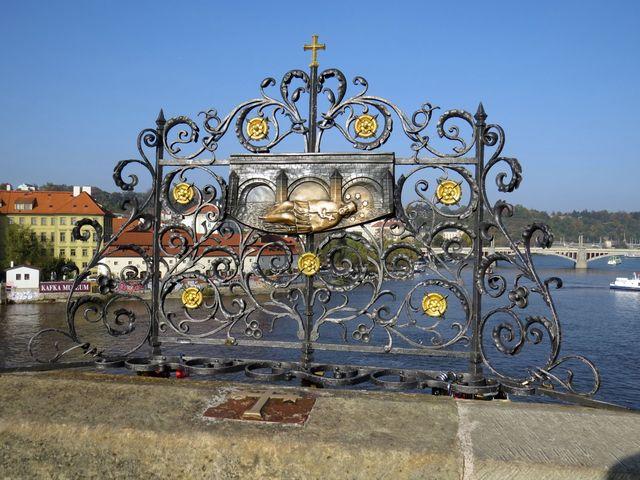 kovaná mříž s reliéfem Svržení Jana Nepomuckého na Karlově mostě