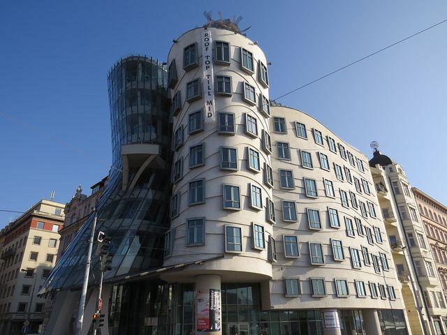 Tančící dům (také zvaný Ginger a Fred) - vedlejší dům se zeměkoulí je Havlův