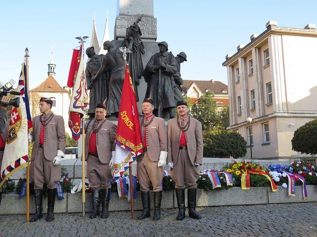 sokolská stráž u památníku vedle kláštera Emauzy