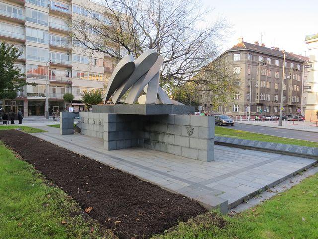 pomník Padlým letcům na náměstí Svobody v Praze 6