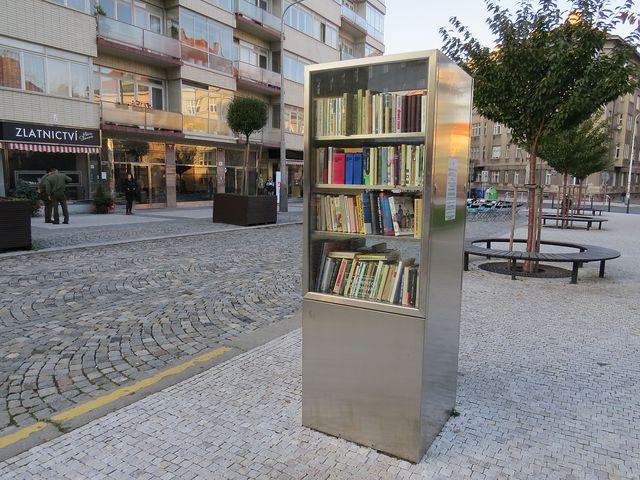 první pouliční knihovna v Praze od roku 2012 v městské části Praha 6