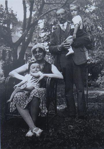 Daniel a Jiří v náruči svých rodičů v petrkovské zahradě v létě 1930