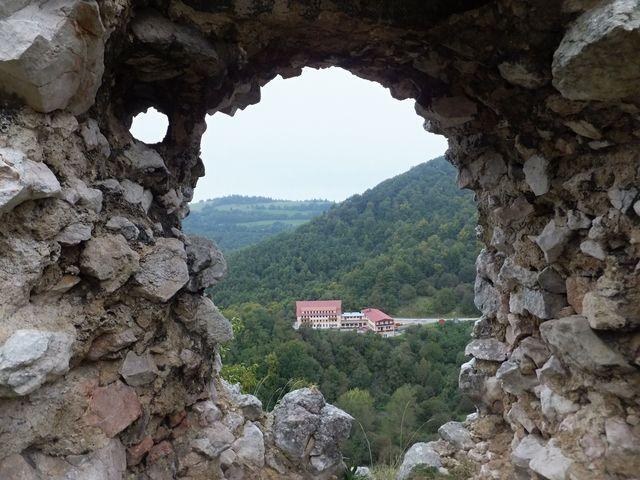 výhled do údolí na hotel Vršatec; foto I. Svobodová