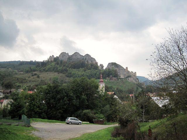 po modře značené cestě míříme přes kopec do Horní Březnice - ohlédnutí za Lednickým bradlem