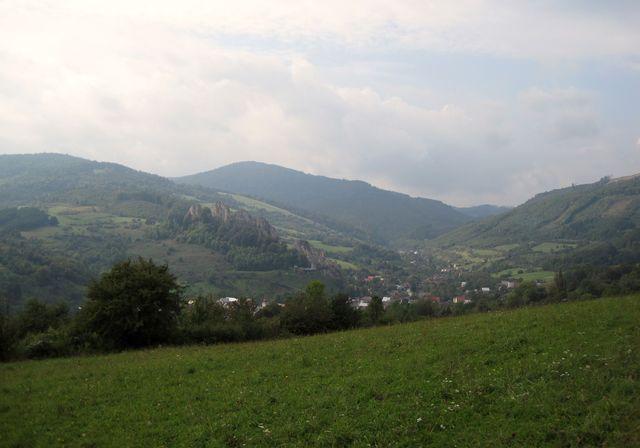 údolí, kde leží pod bradlem obec Lednice