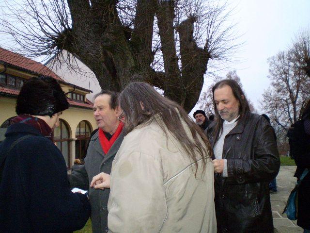 básníci Jiří Kuběna (s červenou šálou) a Jaroslav Erik Frič v Kostelním Vydří 19.11.2011
