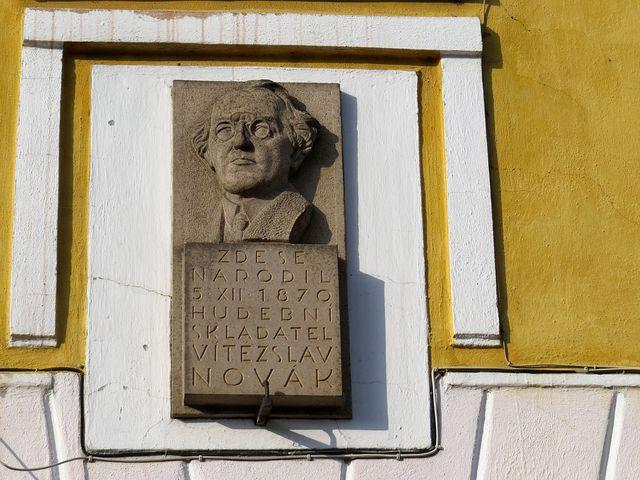 pamětní deska na rodném domě V. Nováka v Kamenici nad Lipou