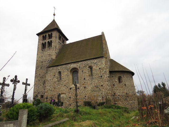 kostel v Poříčí byl postaven na začátku 12. století nad starou cestou z Prahy do Lince