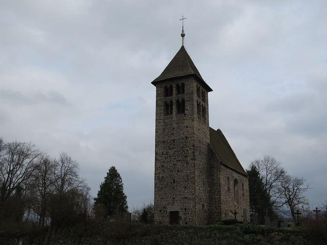tribunový kostel v Poříčí stojí na vyvýšenině nad cestou