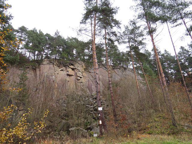skalní stěny nad údolím navozují romantickou atmosféru