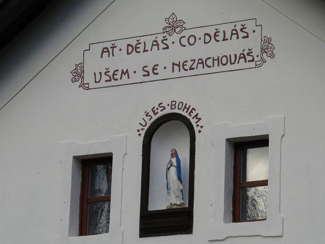 nápis na fasádě chalupy ve Chvojínku pod Neštětickou horou