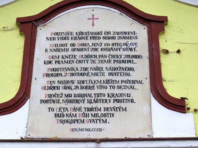 nápis na fasádě kaple