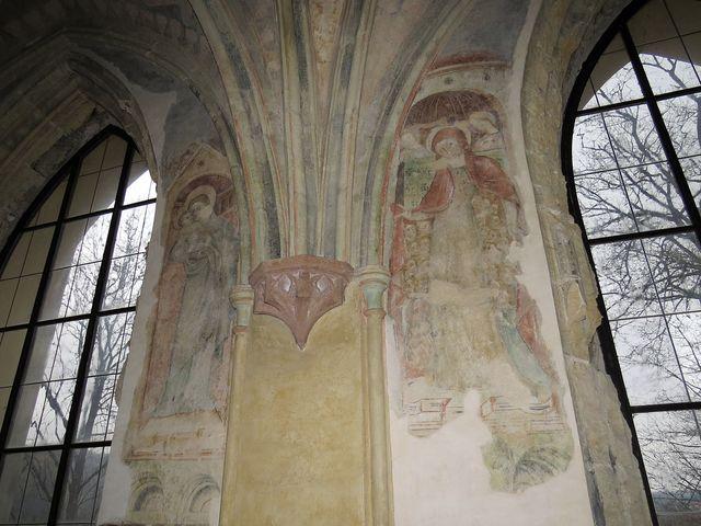 částečně dochované gotické fresky