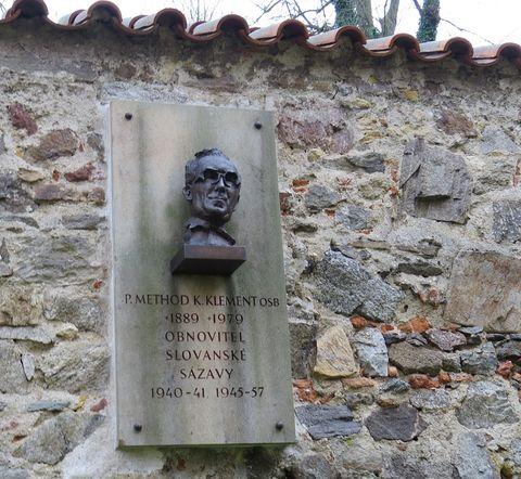 pamětní deska v objektu kláštera