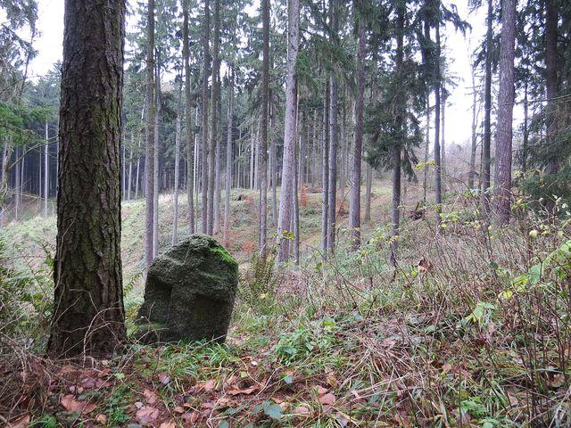 kámen má kříž vytesaný na obou stranách