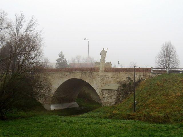 na barokním mostě přes Jevišovku je socha sv. Mikuláše