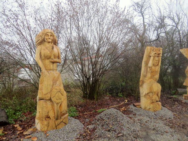 sochy u cesty v ovocném sadu