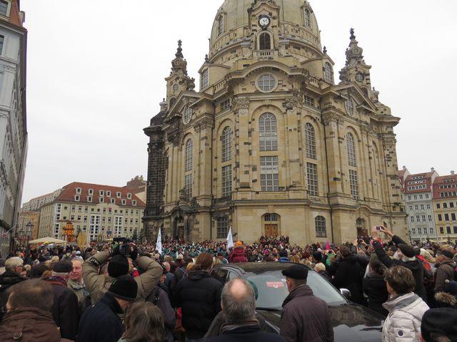 turisté čekají na Štolové procesí