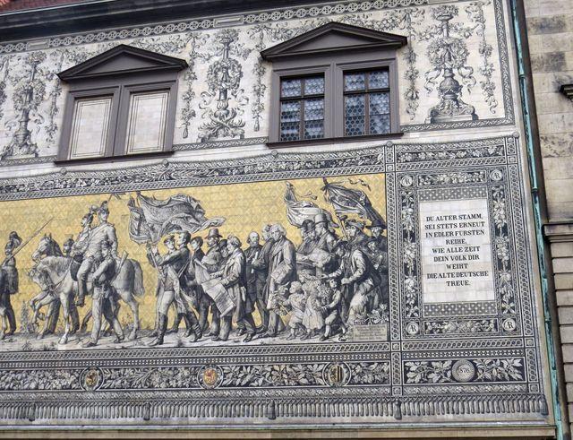 původně byla na fasádě freska, kvůli trvanlivosti byl pak zvolen porcelán