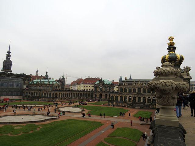 v budovách kolem nádvoří je Galerie Starých mistrů, sbírka porcelánu a zbrojnice