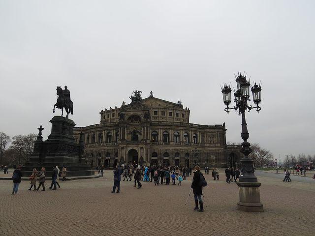 Divadelní náměstí se Semperovou operou a jezdeckou sochou saského krále Johanna