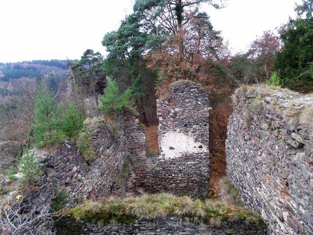 hradní objekt byl víceúrovňový a rozsáhlý