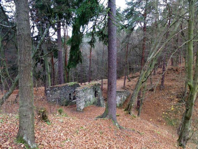 zbytky padacího mostu ke hradu Zbořený Kostelec