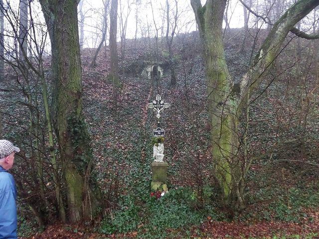 na okraji Grešlového Mýta je kříž a nad ním ve stráni porostlé břečťanem vestavěná kaplička