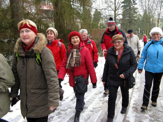 novoročně naladění turisté míří k Šacberku; foto J. Daňhel